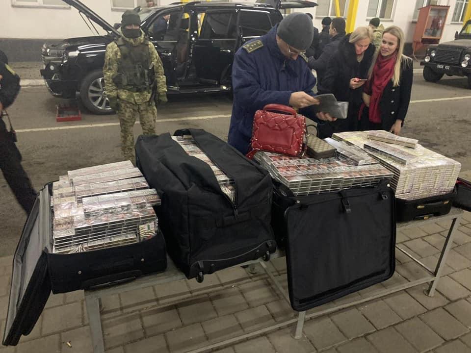 На таможенном посту Тиса задержали авто на дипломатических номерах Игнатко Юрия - контрабандиста сигарет
