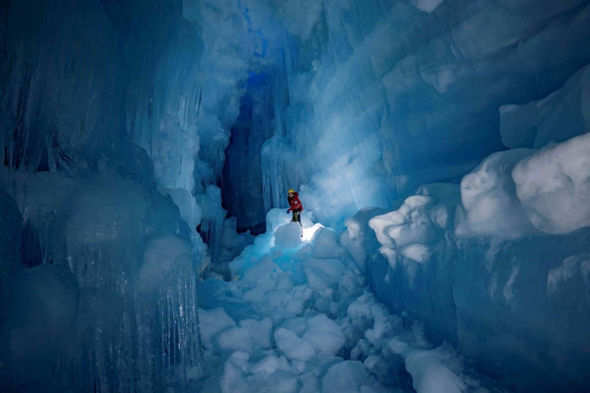 Украинские полярники нашли пещеру в Антарктиде
