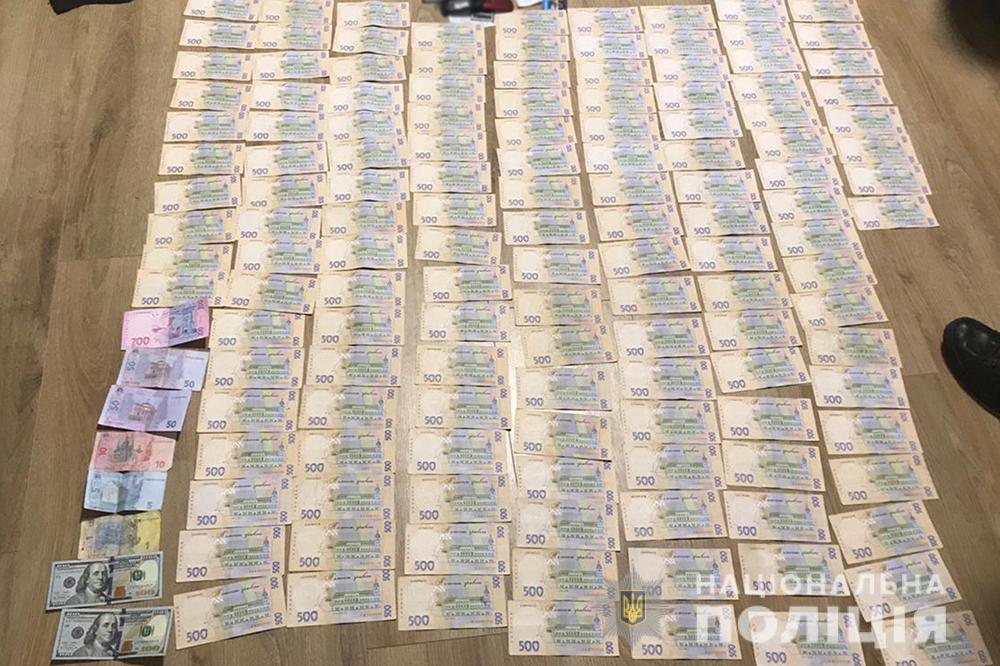 В Черкасской области полицейские задержали преступников, которые взорвали банкомат и похитили 400 тысяч гривен