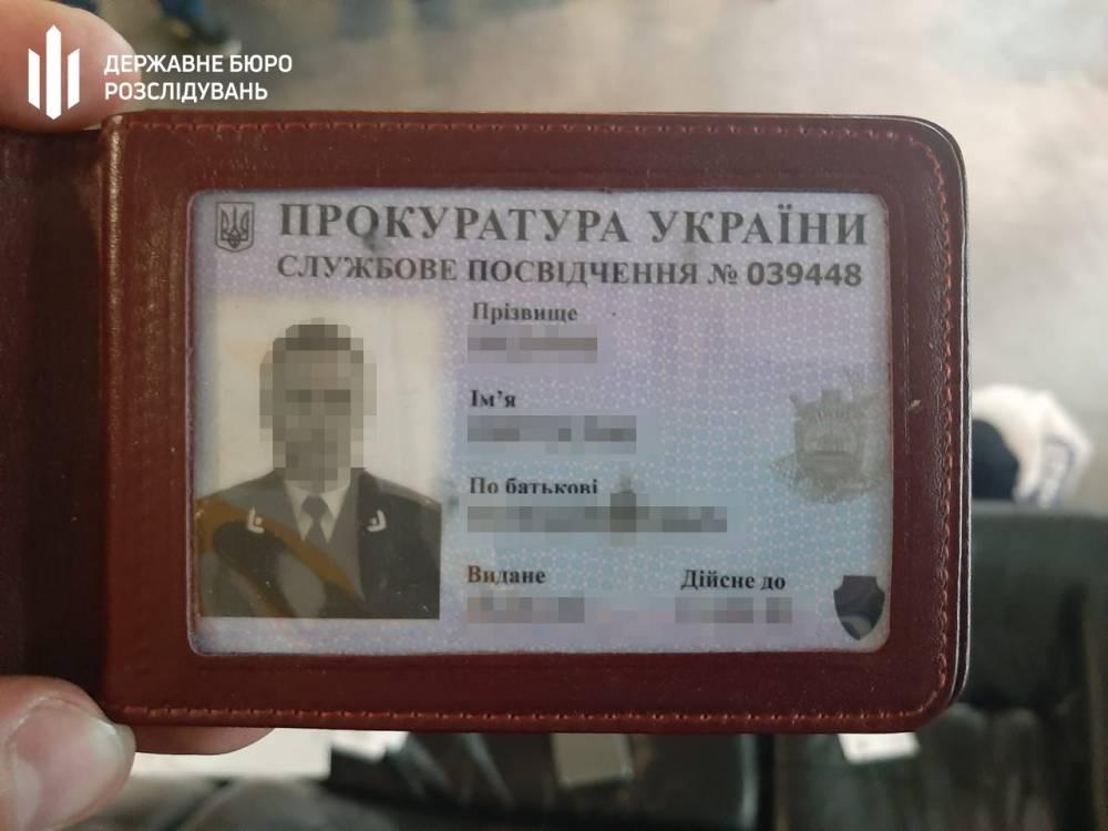 Київський прокурор Святослав Мазурик, якого влітку піймали на хабарі в 100 тисяч доларів, продовжує продовжує працювати на своїй посаді